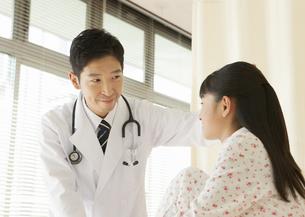 少女と医師の写真素材 [FYI03043557]