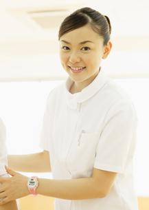 笑顔の理学療法士の写真素材 [FYI03043564]