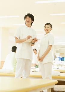 笑顔の理学療法士の写真素材 [FYI03043576]