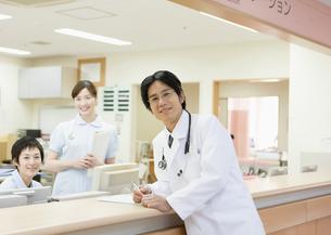 笑顔の医師と看護師の写真素材 [FYI03043583]