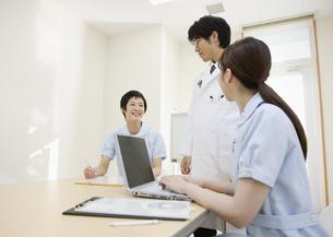 ミーティングをする医師と看護師の写真素材 [FYI03043588]