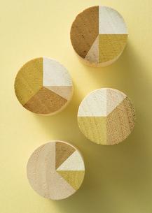 木製の円グラフの写真素材 [FYI03043654]