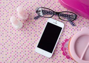 スマートフォンと女性用小物イメージの写真素材 [FYI03043769]