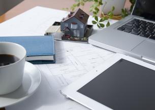 建築図面と建築模型とタブレットPCの写真素材 [FYI03043795]