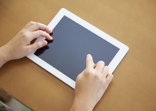 タブレットPCを触る30代女性の手の写真素材 [FYI03043854]