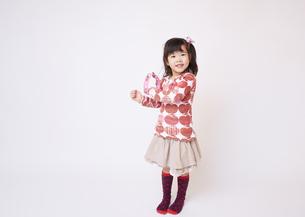タンバリンを鳴らす女の子の写真素材 [FYI03043876]