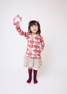 タンバリンを鳴らす女の子の写真素材 [FYI03043878]