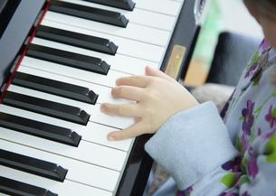 ピアノを弾く女の子の写真素材 [FYI03043882]
