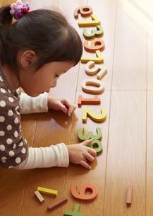 数字遊びする女の子の写真素材 [FYI03043898]