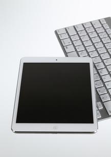 タブレットPCとワイヤレスキーボードの写真素材 [FYI03043941]