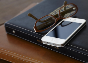 バインダー式ノートと眼鏡とスマートフォンの写真素材 [FYI03043954]
