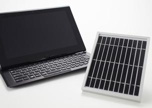 タブレットPCとソーラー充電器の写真素材 [FYI03043976]