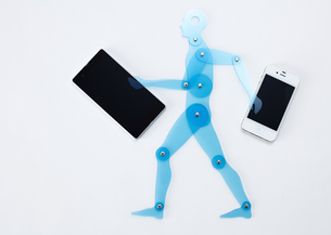 スマートフォンを持つ人体定規の写真素材 [FYI03043984]