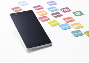 スマートフォンとアプリアイコンのカードの写真素材 [FYI03043995]