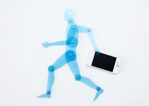 スマートフォンを持つ人体定規の写真素材 [FYI03043998]