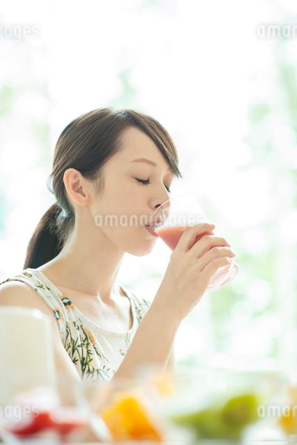 スムージーを飲む女性の写真素材 [FYI03044752]