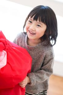 プレゼントをもらい微笑む女の子の写真素材 [FYI03044822]