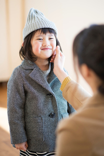 子供の身支度を整える母親の写真素材 [FYI03044835]