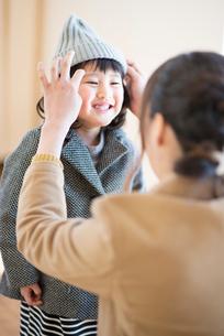 子供の身支度を整える母親の写真素材 [FYI03044838]