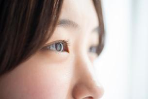 女性の目元のアップの写真素材 [FYI03044899]