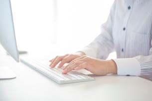 パソコンを操作する女性の手元の写真素材 [FYI03044905]