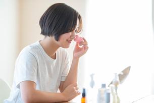 メイクをする若い女性の写真素材 [FYI03044911]