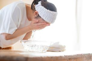 洗顔をする女性の写真素材 [FYI03044917]