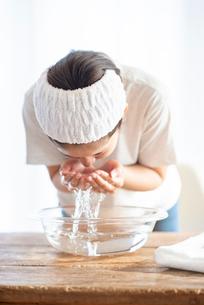 洗顔をする女性の写真素材 [FYI03044920]
