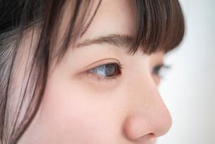 女性の目元のアップの写真素材 [FYI03044921]
