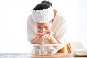 洗顔をする女性の写真素材 [FYI03044923]