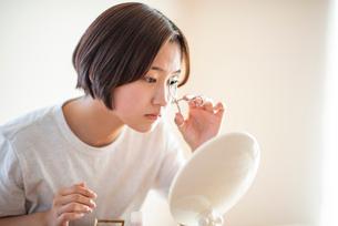 メイクをする女性の写真素材 [FYI03044934]