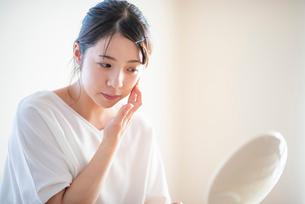 肌のケアをする女性の写真素材 [FYI03044935]