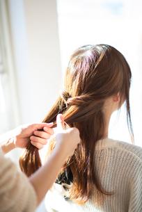 髪の毛を結ぶ女性の後ろ姿の写真素材 [FYI03044954]
