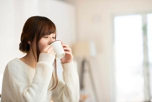 飲み物を飲む女性の写真素材 [FYI03044966]