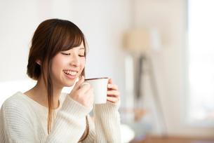 飲み物を飲む女性の写真素材 [FYI03044971]