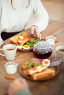 食事をする女性の写真素材 [FYI03044982]
