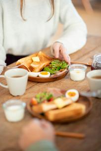 食事をする女性の写真素材 [FYI03044983]