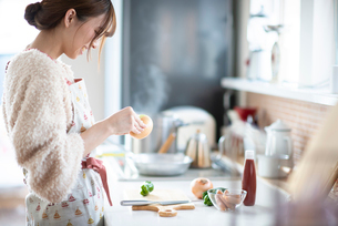 キッチンに立つ女性の写真素材 [FYI03044984]
