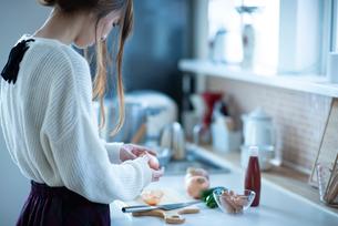 キッチンに立つ女性の後ろ姿の写真素材 [FYI03044986]