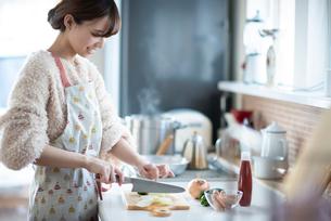 キッチンに立つ女性の写真素材 [FYI03044987]