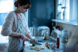 キッチンに立つ女性の写真素材 [FYI03044988]