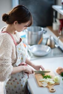 キッチンに立つ女性の写真素材 [FYI03044989]