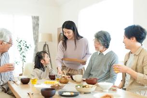 朝食を食べる3世代家族の写真素材 [FYI03045032]