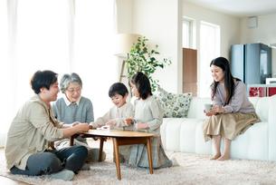 トランプで遊ぶ3世代家族の写真素材 [FYI03045033]