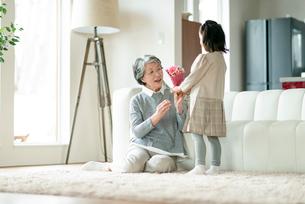 孫から花束をもらう祖母の写真素材 [FYI03045039]