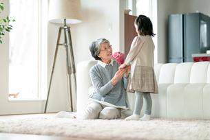 孫から花束をもらう祖母の写真素材 [FYI03045041]