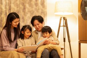 絵本を読む親子の写真素材 [FYI03045045]