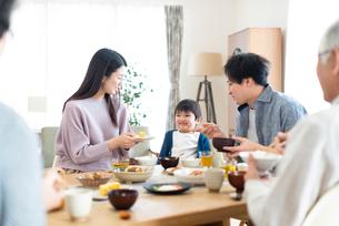 朝食を食べる3世代家族の写真素材 [FYI03045071]