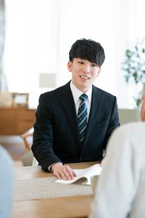 書類の説明をするビジネスマンの写真素材 [FYI03045075]