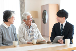 ビジネスマンと話をするシニア夫婦の写真素材 [FYI03045076]